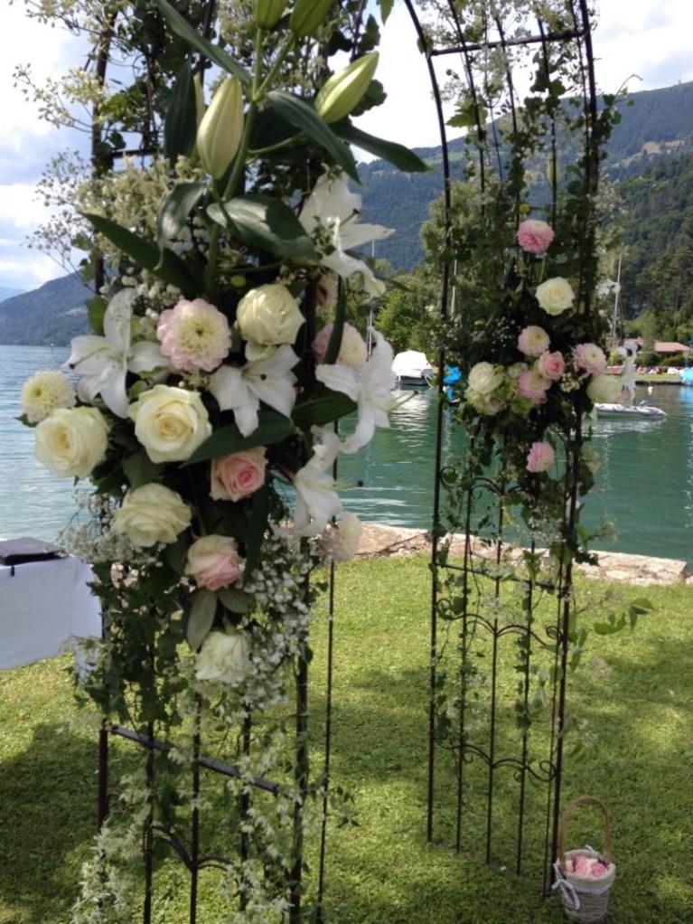 Hochzeit am See Tor Blumen Rosen