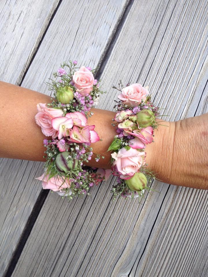 Sommer Hochzeit Braut Armschmuck Blumen Rosen